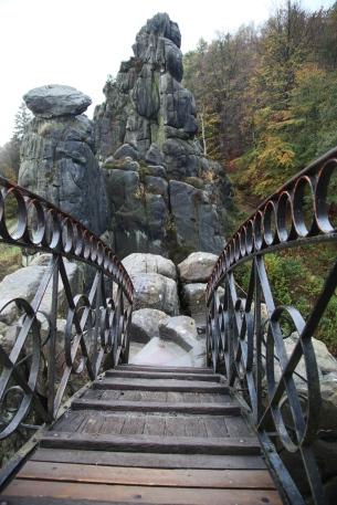 Brug vanaf de tempel naar een volgende rots