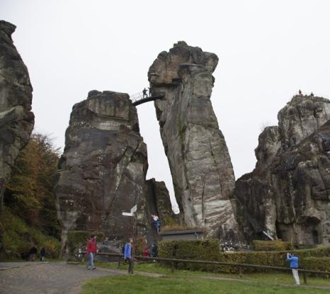Externsteine. De tempel ligt op de hoogste rots.